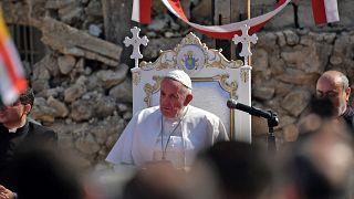 البابا فرنسيس في ساحة حوش البياع أمام كنيسة مدمرة في مدينة الموصل شمال العراق. 2021/03/07