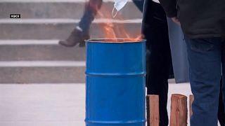 أحرق المتظاهرون الكمامات أمام مقر حكومي