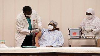 Nigeria : le président Buhari se fait vacciner contre le coronavirus