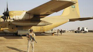 جندي سعودي بالقرب من طائرة شحن عسكرية في مأرب (أرشيف)