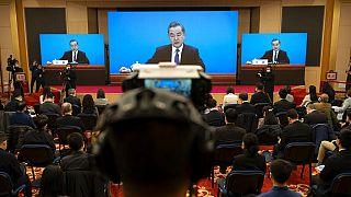 Vang Ji sajtótájékoztatót tart