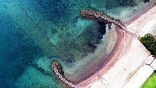 Εναέρια όψη βυθισμένης κατασκευής, πιθανότατα αρχαίου δρόμου που κατέληγε στην παραλία στο Τσιφλίκι