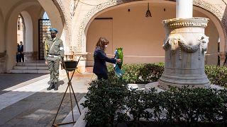 Η Πρόεδρος της Δημοκρατίας καταθέτει στεφάνι στο βωμό της πατρίδας στη Ρόδο