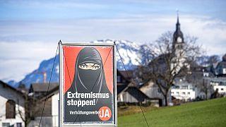 A pergunta do referendo fala da cobertura integral do rosto, sem nomear os véus islâmicos, mas estes foram o centro da campanha