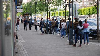 Várakozók egy bolt előtt Budapesten
