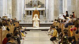 El papa en la reconstruida catedral de Qaraqosh