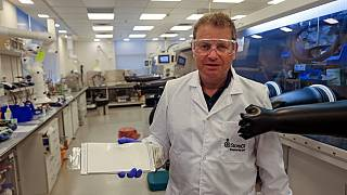 مايرسدورف، الرئيس التنفيذي لشركة ستور دوت يحمل البطارية في مقر شركته في مدينة هرتسليا الساحلية الإسرائيلية