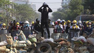 Des manifestants sur des barricades à Rangoun, le 07 mars.