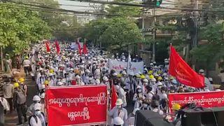 خشونت نظامیان میانماری در ضرب و شتم یک مرد معترض