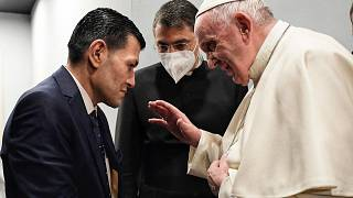 البابا فرنسيس يتحدث إلى عبد الله كردي، والد الطفل ايلان كردي