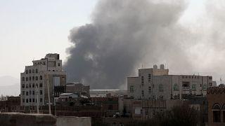 Imágenes de los instantes posteriores a un bombardeo saudí contra una base del Ejército en Saná, capital del Yemen.