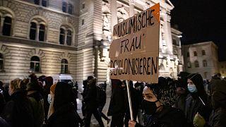 """Aprovação da """"lei de proibição das burcas"""" motivou protestos em Berna"""