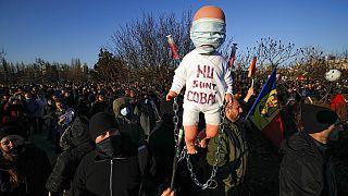 """Vakcinaellenes tüntetők Romániában, """"Nem akarok kísérleti egér elnni"""" üzenettel."""