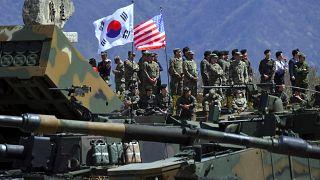 جنود كوريون جنوبيون وأمريكيون خلال مناورة مشتركة بالذخيرة الحية بين كوريا الجنوبية والولايات المتحدة في شمال شرق سيول.