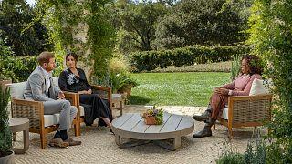 الأمير البريطاني هاري وزوجته ميغان دوقة ساسكس، في محادثة مع مقدمة البرامج التلفزيونية الأمريكية أوبرا وينفري