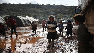أطفال سوريون داخل أحد مخيمات النزوح في محافظة إدلب شمالي البلاد