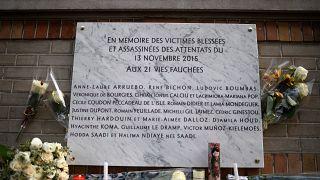 """Une plaque commémorative des attentats du 13 novembre 2015 devant le café """"La belle équipe"""" à Paris"""