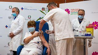 الدكتورة ماريا روزاريا كابوبيانتشي وهي تتلقى جرعة من لقاح كورونا