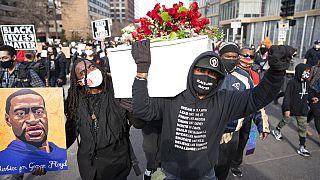 ویدئو؛ تظاهرات در مینیاپولیس در آستانه محاکمه پلیس متهم به قتل جورج فلوید