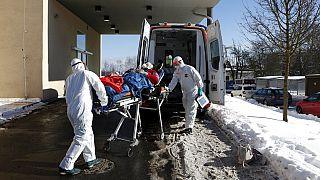 Mentősök szállítanak kórházba egy beteget Csehországban