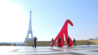 Clitóris gigante na praça do Trocadero, na capital de França