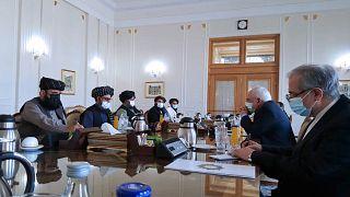 وزير الخارجية الإيراني محمد جواد ظريف، وفريق سياسي من طالبان، في طهران، إيران.