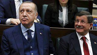 2018'den bir kare, Türkiye Cumhurbaşkanı Recep Tayyip Erdoğan (solda), eski Başbakan Ahmet Davutoğlu (sağda)