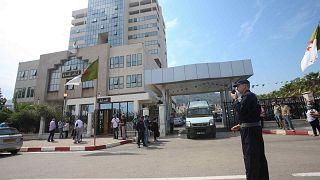 رجال شرطة جزائريون يقفون أمام المحكمة في العاصمة الجزائر، 15 سبتمبر 2020