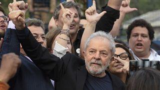 Ex-Presidente brasileiro Luiz Inácio 'Lula' da Silva com apoiantes