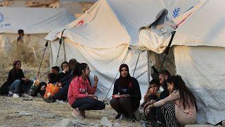 نازحون سوريون من شمال شرق سوريا، ينتظرون استلام الخيام وإمدادات الإغاثة في مخيم بردرش للاجئين شمال الموصل بالعراق.
