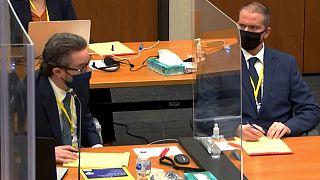 Ex-agente da polícia de Minneapolis, Derek Chauvin (à direita) no tribunal