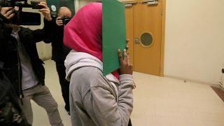 امرأة سويدية تبلغ من العمر 17 عامًا، يشتبه بانخراطها مع تنظيم الدولة الإسلامية تبدء  محاكمتها في المحكمة الرئيسية في فيينا، النمسا.