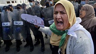 جزائريات تتظاهرن للمطالبة بحقوقهن بمناسبة عيد المرأة العالمي في العاصمة الجزائر في 8 مارس 2021.
