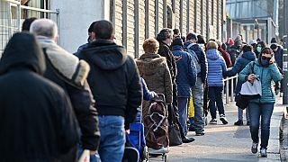 La lunga fila fuori da un punto di distribuzione di Pane Quotidiano a Milano
