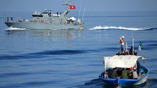 انقاذ قارب يقل مهاجرين في البحر المتوسط- أرشيف