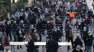 Des habitants de Nice, dans le sud de la France, faisant la queue dans un centre de vaccination, le 6 mars 2021
