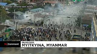 Des manifestants chargent la police avant de reculer, à Myitkyina, dans le nord de la Birmanie