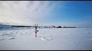 La ballerina Bagautdinova danza nella baia di Batareinay, nel Golfo di Finlandia