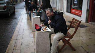 أشخاص يتناولون الغداء خارج مطعم بيتزا في مارينيان ، جنوب فرنسا ، يوم الاثنين 1 فبراير 2021