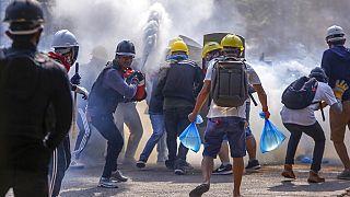 Mianmari tüntetők poroltókkal próbálják enyhíteni a könnygáz hatását