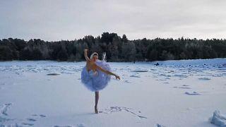 La bailarina Ilmira Bagautdinova interpretando el 'Lago de los Cisnes' en una bahía helada