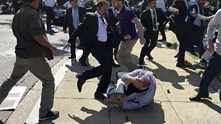2017 Mayıs'ında yaşanan şiddet olaylarında Cumhurbaşkanı Erdoğan'ın korumaları Washington'daki protestocuları tekmelemişti.