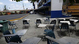 Pupitres abandonados tras el cierre de escuelas en Panamá en marzo de 2020