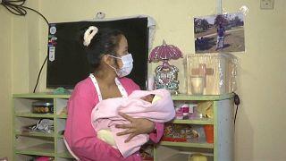Una joven peruana, viuda víctima de la COVID-19, cobrará la pensión de orfandad de su hija