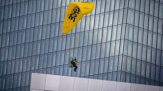 Paraquedista sobre o edifício do Banco Central Europeu