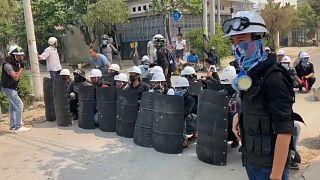 Extintores e tijolos em protestos em Mandalai