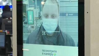 Arcfelismeréses fizetés Oroszországban