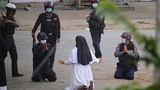 راهبهای که در مقابل پلیس ضدشورش میانمار زانو زد
