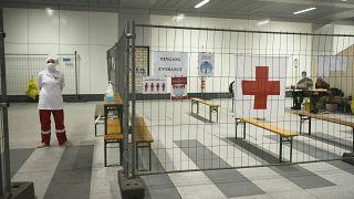 أعضاء في الصليب الأحمر الألماني في محطة اختبار فيروس كورونا في محطة القطار الرئيسية في برلين، ألمانيا
