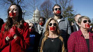 """متظاهرون مناهضون للإجهاض يضعون شريطاً كتب عليه كلمة """"حياة"""" أثناء احتجاجهم، الأربعاء، 4 آذار /  مارس، 2020 ، أمام المحكمة العليا في واشنطن"""